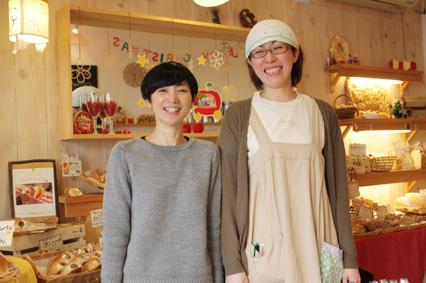猪俣さん(左)と販売スタッフの内山さん(右)