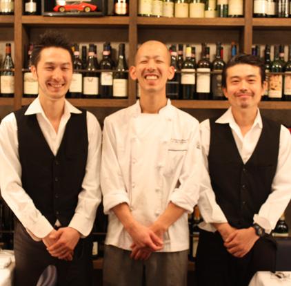 左から、二本松店長。恵良(えら)料理長。長谷川サービスマネージャー。