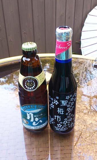 渋いパッケージの月山ビールと、桜がなんともかわいらしい聖桜坊〈セント・チェリー〉。 写真では分かりづらいけど、瓶の色は青色です。